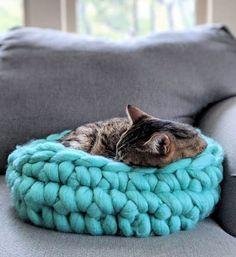 Chunky Crochet, Free Crochet, Homemade Cat Beds, Kitten Beds, Diy Cat Bed, Hand Knit Blanket, Knitted Cat, Arm Knitting, Pet Beds