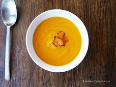 Zanahoria picada - 500 gramos Agua - 200 mililitros Cebolla picada - 1 unidad Caldo de verduras - 400 mililitros Patata pequeña cortada en trozos - 1 unidad Tomate frito - 1 cucharada sopera Aceite de oliva - 1 chorrito Pimienta - 1 pizca Sal - 1 pizca