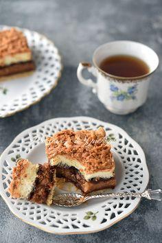 Pleśniak (lub skubaniec) to pyszne ciasto, bardzo bogate w różnego rodzaju kolorowe warstwy. Wspaniałe połączenie kruchego ciasta, kwaskowatych powideł śliwkowych lub dżemu, jabłek i słodkiej pianki bezowej.