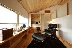 【落ち着きある和テイスト/ピュアヴィレッジ新潟 大開口の家】2階の一画はご主人の書斎スペース。屋根に合わせて斜めになった天井が空間に落ち着きをもたらします。/#木の家 #木の家専門店 #自然素材 #自然素材の家 #注文住宅 #新築 #マイホーム #新潟の家 #暮らし #カウンター #書斎 #シアタールーム #趣味 #勾配天井 #家づくり #study #counter #desk #myhome #niigata Corner Desk, Conference Room, Pure Products, Interior, Table, Furniture, Home Decor, Corner Table, Decoration Home