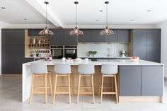 Create a modern scandi kitchen design by using a dark grey and wood effect cabinets in your kitchen. The perfect light and bright kitchen with large kitchen island. Kitchen Decor, Modern Grey Kitchen, Open Plan Kitchen Living Room, Kitchen Design, Kitchen Remodel, Urban Style Kitchen, Industrial Kitchen Design, Urban Kitchen, Modern Kitchen Diner