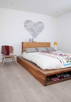 Alcoba con cama multifuncional de madera diseñada por Ricardo Jiménez. El cubrecama es mexicano.