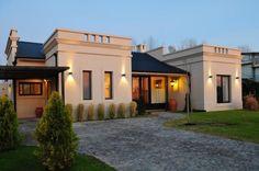 De líneas simples y elegantes, esta casa de estilo colonial…