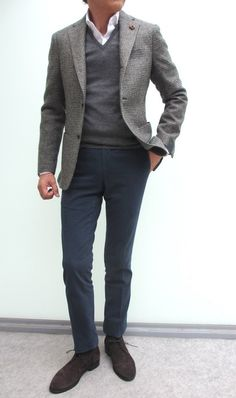 This combo of a grey wool blazer and charcoal chinos is a mix between dressy and off-duty. Let your sartorial chops really shine by complementing your look with a pair of dark brown suede desert boots. Mens Fashion Sweaters, Mens Fashion Suits, Mens Suits, Men Sweater, Herren Outfit, Fashion Mode, Boy Fashion, Winter Fashion, Sharp Dressed Man