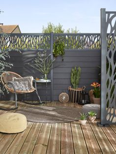 Pour plus d'intimité, on délimite l'espace avec des clôtures décoratives. L'astuce déco, on ajoute des poufs, un tapis d'extérieur et de jolies plantes. #castorama #inspiration #decoration #ideedeco #tendancedeco #securité #cloture #intimité #jardin #terrasse #fauteuil #tapis #poufs