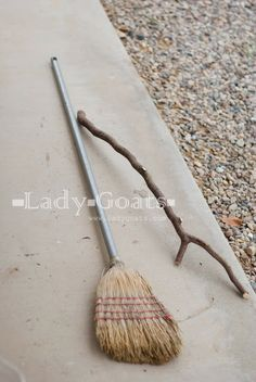 Lady Goats: DIY Witches Broom (cheap to free! Spooky Halloween, Vintage Halloween, Halloween Decorations, Halloween Ideas, Halloween Party, Halloween Crafts, Halloween Stuff, Halloween Weddings, Vintage Witch