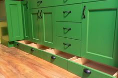 Tiny House Woodland. Jerry chose not to put drawer guides for these to keep the drawers stable during transit and so you can easily pull them out and place them on the counter to fill, empty, and organize the drawers. Image © Jerry and Rene Larson.
