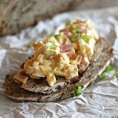 Hjemmelaget eggesalat med aioli, paprika og skinkebiter. Eggesalaten er enkel å lage og er klar til å nytes akkurat tidsnok til lunsjpausen.