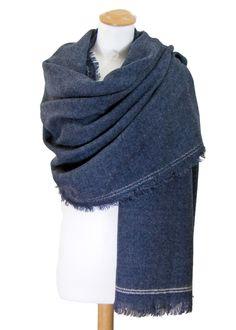 Châle-Poncho. Châle en laine bleu gris surpiqûres écru. mesecharpes.com ·  Châles et Ponchos 19afb822361