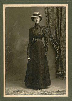 Fashion Tips Hijab girl with boater.Fashion Tips Hijab girl with boater 1890s Fashion, Edwardian Fashion, Vintage Photographs, Vintage Photos, Victorian Photos, Victorian Era, Historical Costume, Historical Clothing, Retro Fashion