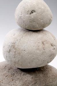 Rocks are attractive elements to incorporate into your home décor. They can be used to make many different decorative household items, including lamps. The warm glow from a lamp cast down . Pebble Painting, Pebble Art, Stone Painting, Rock Painting, Stone Crafts, Rock Crafts, Fun Crafts, Decorative Household Items, Stone Glue