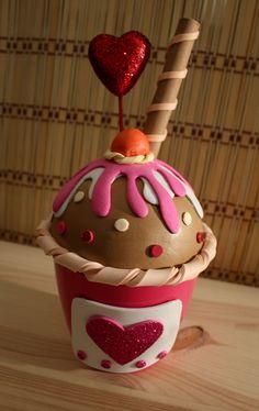 Hoy vuelvo a traerte algo que te va a dar hambre :P. Esta vez, se trata de uncupcake helado de chocolate con sirope de fresa y nata. Para hacerlo más apetecible, he añadido una guinda, un barquill…