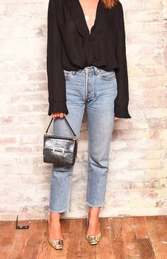 black blouse / light jeans / gold heels
