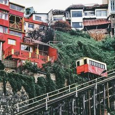 Lentamente . . #vsco #vscogood #vscocam #snapseed #snapshot #snap #eyeem #architecture #archdaily #igers #instamoment #hallazgosemanal #chile #city #travel #walk #photography #valparaiso #streetart