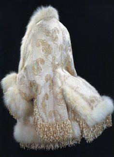 Evening coat, ca. Worn by Winnaretta Singer, Princesse Edmond de Polignac. The American Museum in Britain 💖💖💖 1880s Fashion, Edwardian Fashion, Vintage Fashion, Steampunk Fashion, Gothic Fashion, Retro Mode, Mode Vintage, Historical Costume, Historical Clothing