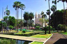 Igreja de São Benedito vista a partir dos jardins do Palácio Karnak, Teresina, Piauí.