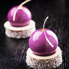 Perles cassis, sur biscuite moelleux coco au thé, crémeux à la citronnelle…