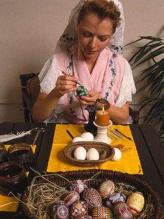 Frau in sorbischer Tracht beim Eiermalen.