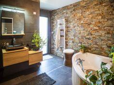 Salles de bains : styles et tendances: parement pierre et plantes