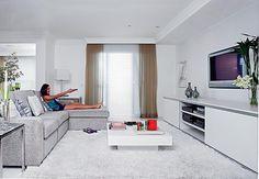 A escolha de tons claros como base da decoração do espaço deve-se ao fato de o ambiente integrar living, sala de jantar e leitura