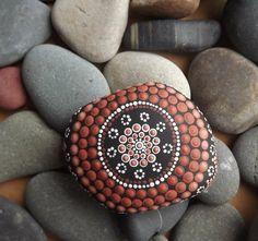 Motiv auf Stein in rotbraunen Nuancen