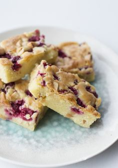 Blondies with raspberries and white chocolate Blondies, Danish Dessert, Delicious Desserts, Yummy Food, Sweets Cake, Snacks, Frozen Treats, Yummy Cakes, Food Inspiration