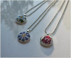 Ristipistonappeja ja nappikoruja Textiles, Pendant Necklace, Embroidery, Crafts, Dyi, Jewelry, Needlepoint, Manualidades, Jewlery