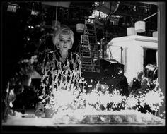 """1er Juin 1962 / Marilyn fêta son trente-sixième anniversaire au studio, sur le plateau du film """"Something's got to give"""". Elle commença tôt ce jour-là et tourna la scène avec Wally COX et Dean MARTIN. Pat NEWCOMB arriva au studio dans l'après-midi avec du Dom Pérignon, le champagne préféré de Marilyn. Dean MARTIN avait lui aussi apporté du champagne. Evelyn MORIARTY, la doublure de Marilyn, avait collecté auprès de l'équipe 50 $ pour le gâteau, acheté chez """"Humphrey's Bakery"""" du """"Farmer's…"""