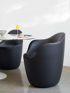 Explore the Lína Swivel Dining Chair by Hlynur Atlason, both clean and complex, with curves that continuously change trajectory. Dining Chairs For Sale, Swivel Dining Chairs, Swivel Chair, Chair Bench, Egg Chair, Design Within Reach, Chair Design, Sustainable Design, Modern Furniture