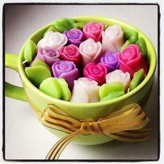 Xícara com mini botões de rosas