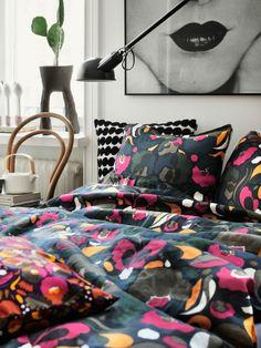 Marimekko Stoffen eignen sich ausgezeichnet für Vorhänge, Bettwäsche, Tischdecke und Deko-Kissen. Marimekko, Zen, Bikinis, Inspiration, Bags, Home Decor, Holiday Tables, Dyeing Fabric, Vivid Colors