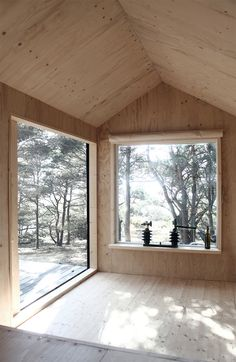Big windows, space for contemplation in a small footprint. Ermitage by Septembre. Beautiful cabin in the woods.