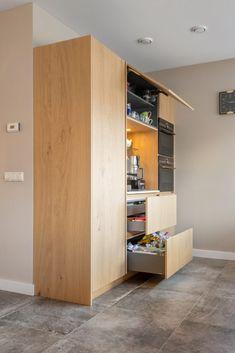 De koffiemachine staat binnen handbereik in een aparte nis in de kastenwand. 'We zijn heel enthousiast over deze moderne keuken, die absoluut van toegevoegde waarde is voor ons huis én voor onszelf. #nis #keukeninspiratie #koffienis #keukenwand #modernekeuken #opbergruimte #keuken Bar, Tall Cabinet Storage, Modern, Kitchen, Furniture, Home Decor, Cuisine, Homemade Home Decor, Trendy Tree