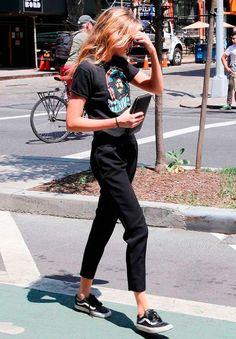 It Girl - T-shirt-vintage-preta-rock-band-look-monocromático-calça-alfaiataria-tenis-street-style - T-Shirt Vintage - Meia Estação - Street Style