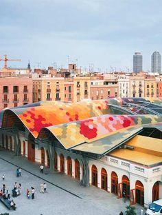 ESPANHA O mosaico cerâmico de 325 mil peças e 67 cores faz parte da revitalização do mercado Santa Caterina, reinaugurado em 2005 em Barcelona