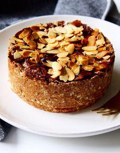 Deze appeltaart is gemaakt met onder andere speltmeel en havermout. Om de appeltaart helemaal af te maken is ernog wat gekarameliseerde amandelschaafsel overheen gestrooid. Wil je deze taart graag glutenvrij maken? Vervang dan het speltmeel door amandelmeel.