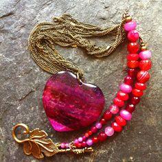Collier pierre Agate pendentif coeur, chaînes, perles Agate, Jade rose, rouge, fuchsia, feuille bronze : Collier par el-pomponcito