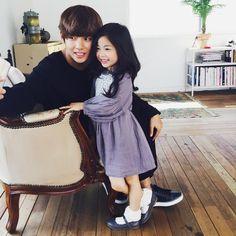 Tae taking a pic with young model Lee Nam Gyeong. SO SQUISHY CUTE Credits : namgyeong_zzang