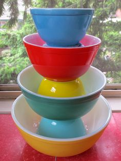 ooooooooooooooooooooooo...Beautiful mixing bowls.  I need the lil red one to complete my set though.