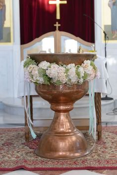Στολισμός βάπτισης με λουλούδια σε κολυμπήθρα από το Κουτί Ονείρων. Δείτε περισσότερα στο www.GamosPortal.gr!