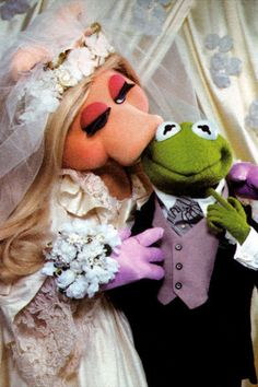 Miss Piggy and Kermit: Are They Married or Not? - The Bride& Guide : Martha Stewart Weddings Kermit And Miss Piggy, Kermit The Frog, Jim Henson, Caco E Miss Piggy, Celebrity Couples, Celebrity Weddings, Die Muppets, Sapo Kermit, Fraggle Rock