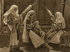 """lisa-rayner: """"(via Folkwear Society) Romanian women wearing traditional linen clothing in the early and spinning with drop spindles; Vintage Photographs, Vintage Photos, Romania People, Romanian Women, Popular Costumes, Visit Romania, My Heritage, Traditional Art, Old Photos"""