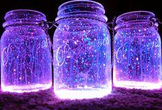 Glowstick + Mason Jar = DIY Lantern (link to 13 other DIY lanterns) Mason Jars, Pot Mason, Mason Jar Crafts, Glass Jars, Tin Can Lights, Jar Lights, Bottle Lights, Galaxy Projects, Diy Projects