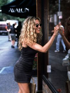 Carrie Bradshaw looks sun-kissed and so so happy; this is the perfect summer ou Carrie Bradshaw look Carrie Bradshaw Estilo, Carrie Bradshaw Hair, Carrie Bradshaw Outfits, Carrie Bradshaw Quotes, Looks Cool, Looks Style, Hair Evolution, Mode Inspiration, Fashion Inspiration