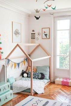Ideas and tips to implement a Montessori bedroom for your baby or toddler. What are the main Montessori principles to set up a Montessori bedroom ? Montessori principles are primarily centered on the needs of the child, including his desire to … Big Girl Rooms, Boy Room, Baby Bedroom, Kids Bedroom, Small Childrens Bedroom Ideas, Unisex Bedroom Kids, Bedroom Club, Toddler Rooms, Toddler House Bed