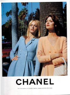 Amber Valletta & Shalom Harlow in Chanel ad. Shalom has such a classic, yet striking beauty. Chanel Fashion, 90s Fashion, Runway Fashion, High Fashion, Vintage Fashion, Fashion Outfits, Paris Chic, Estilo Marilyn Monroe, Mode Poster