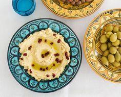 """""""Hummus on yksi suosikkiruuistani. Jos haluat siitä sileän ja kuohkean, lisää vettä sekoitusvaiheessa."""" kertoo Richard McCormick Me Naiset -lehdessä."""