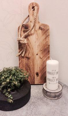 Deze houten serveerplank heeft een verweerde look, maar is nog steeds te gebruiken als serveerplank.  De serveerplank is een échte eye-catcher in ieder interieur.  Gemaakt van kwalitatief zwaar hout.  Afmeting: 50x20x3 cm (leverbaar in andere maten op bestelling, e-mail voor info naar info@casacreahandmade.nl)