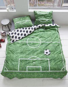"""Parure de couette Soccer green Covers & Co. Un terrain de football pour la première fois sur votre lit. Original à souhait ce modèle surprendra votre entourage. Réversible avec une impression """"ballon"""". Pour les jeunes et moins jeunes..."""