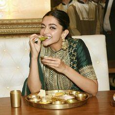 Deepika Padukone in Sabyasachi Sharara/Gharara – Padmavat Bollywood Stars, Bollywood Fashion, Bollywood Actress, Bollywood Girls, Deepika Ranveer, Deepika Padukone Style, Shraddha Kapoor, Ranbir Kapoor, Shahrukh Khan